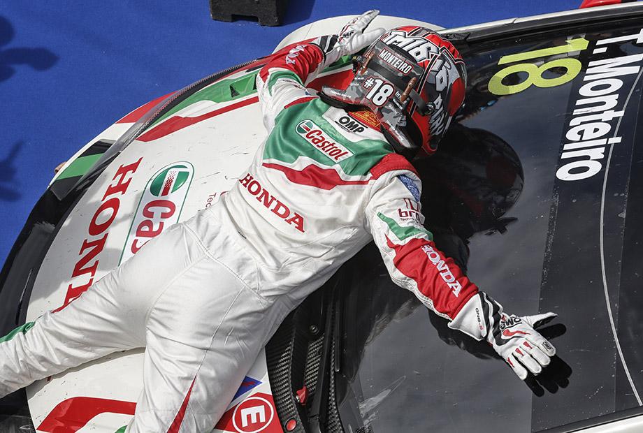 Tiago grabs the top